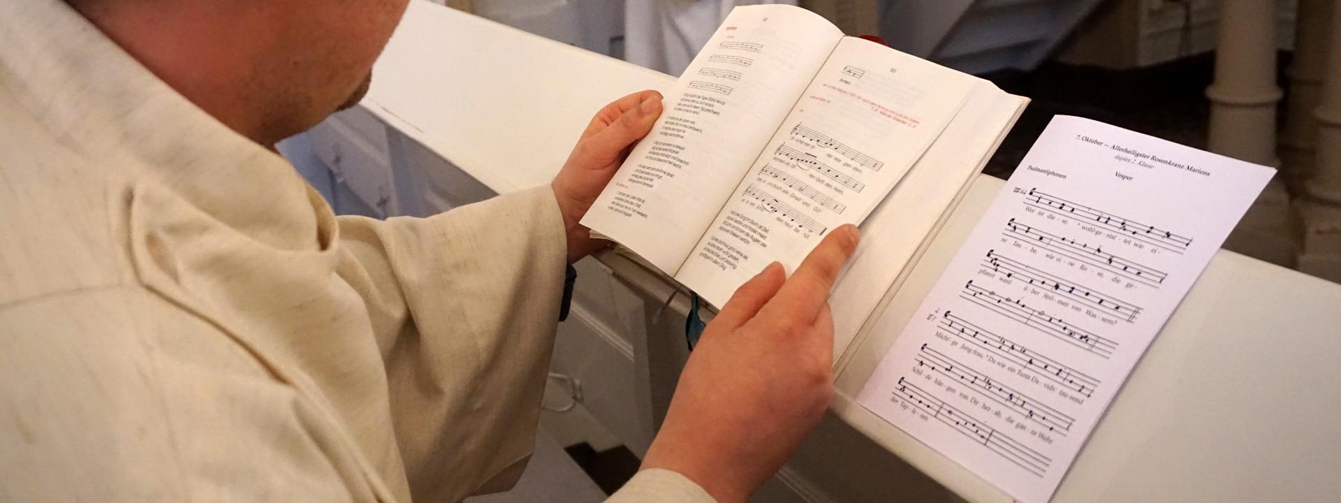 Novize mit Chorgebet und Vesperheft Rosenkranz Marien Rigalsche Kapelle Regionalkonvent West SJB Johannesbruderschaft
